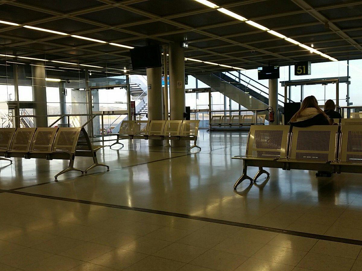 Vivement l'aéroport de #NDDL. Je sais même plus où m'asseoir tellement celui de Nantes est saturé. https://t.co/VpfsZzOsAN