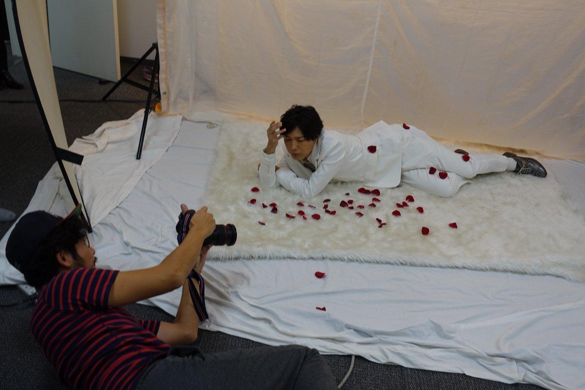 【月刊TVガイドお正月特大号は明日発売】(続き)映画『傷物語〈Ⅲ・冷血編〉』よりご登場の神谷浩史さん。グラビア撮影では、作品の「血」のイメージにあわせ、赤いバラを自ら散らしていただきました。お写真&インタビューは誌面で! https://t.co/mZaqUsevck