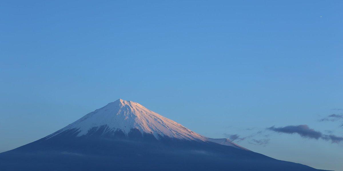 やはり富士は雪化粧してないと(^-^) RT @mt3776fujisan: 冬の美富士山  #fujisan #富士山  12/15 2016 https://t.co/OZnJcxTgPx