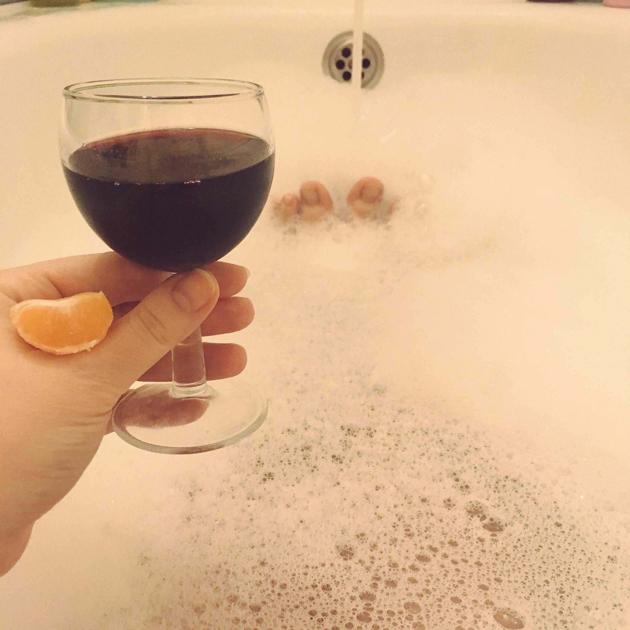 Картинки девушка с бокалом вина в ванной, днем