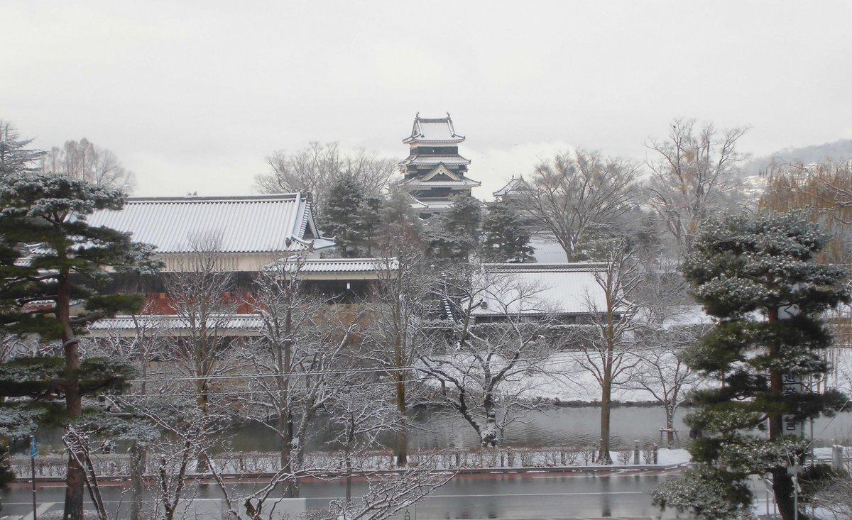 12月16日 午前8時25分 雪の国宝松本城 https://t.co/z7RW9Wn0dI