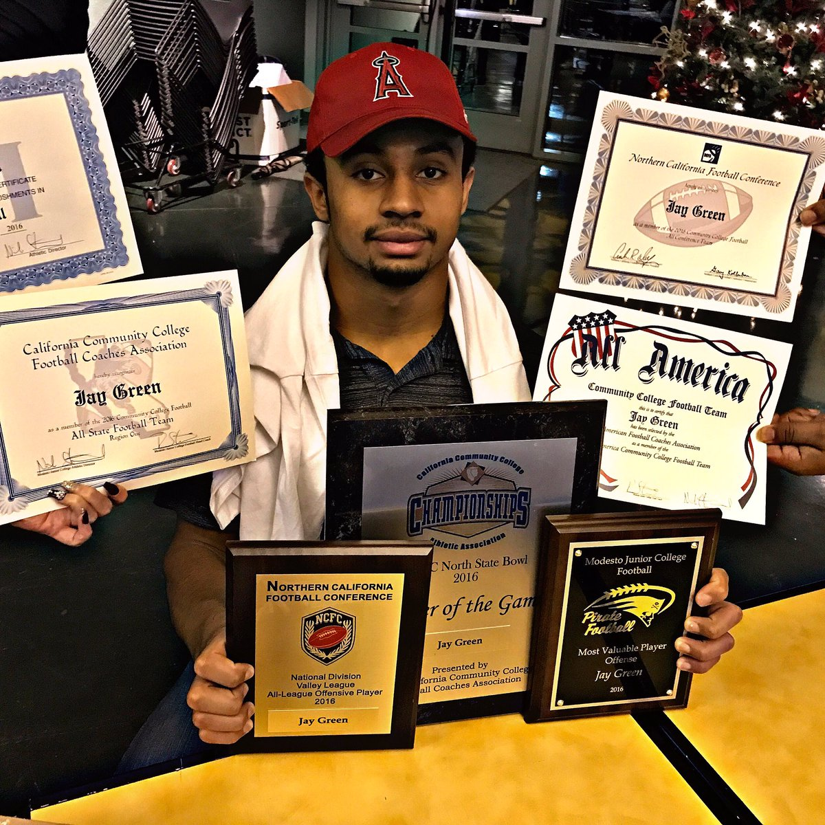 @_TheGreenLight_ Got every damn award you can think of plus JUCO ALL AMERICAN