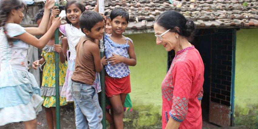 """""""Es gibt keine Toiletten in den Slums.""""Auf @idowa berichtet Einsatzärztin N.Diederich von ihrem Einsatz in #Kalkutta:https://t.co/WaO53GMM10 https://t.co/8XUOFSp17S"""