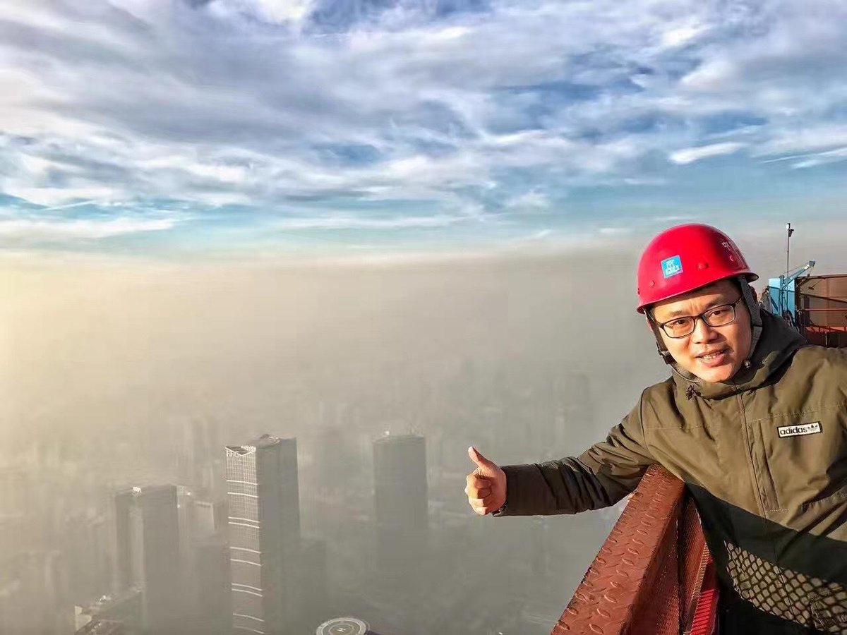 这个人今天成网红了,他是京华时报摄影记者 潘之望 ,他在北京的中信集团总部大楼拍摄雾霾的画面。 https://t.co/jkCCln2fT2