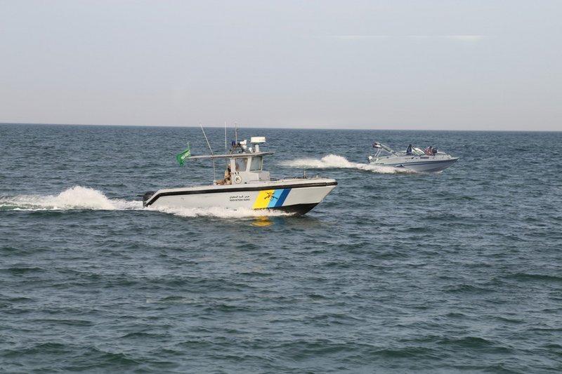 fa2b66509 #حرس_الحدود ينقذ أسرة مكونة من 9 أشخاص تسرّب الماء إلى قاربهم في عرض البحر  http://bit.ly/2G1SeRU pic.twitter.com/YgJwNE2hx5