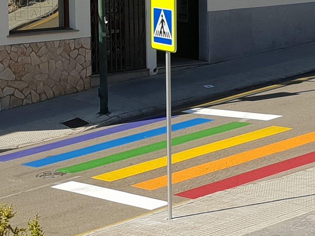 """El ayuntamiento del lugar donde vivo pintó un paso de peatones con la bandera LGBT con motivo de los días del orgullo. Los vecinos se quejaron porque """"era peligroso para la circulación"""".   Así ha aparecido hoy. No hay mucho más que decir."""