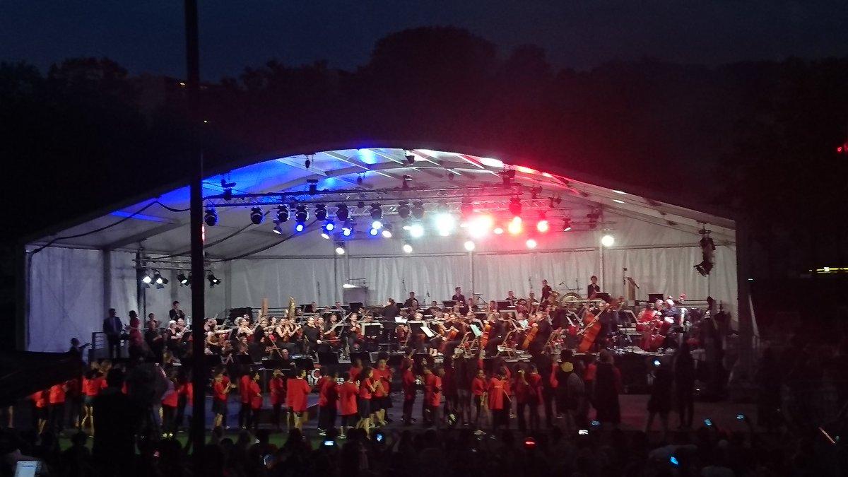Une Marseillaise de l'orchestre national de Lyon pour ouvrir la soirée de clôture du street football world festival organisée par sport dans la ville.  Les enfants de l'Orchestre Demos Lyon Métropole se préparent à chanter. @AnneBrugnera @Auditorium_ONL @YCUCHERAT @villedelyon
