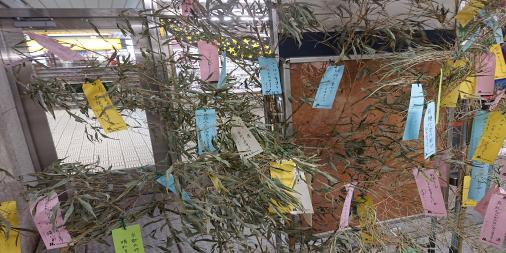 本日(7月7日)は #七夕大阪の地下鉄の駅構内に、短冊を書くコーナーが出来ていました!今日は年に1回だけ、織姫と彦星が出会う素敵な日。また日曜日ってのがいいですよね(^_-)-☆私も今日は、恋愛感情をヌキにして織姫と会います!!たしか、60分で1万5000円くらいだったかな…