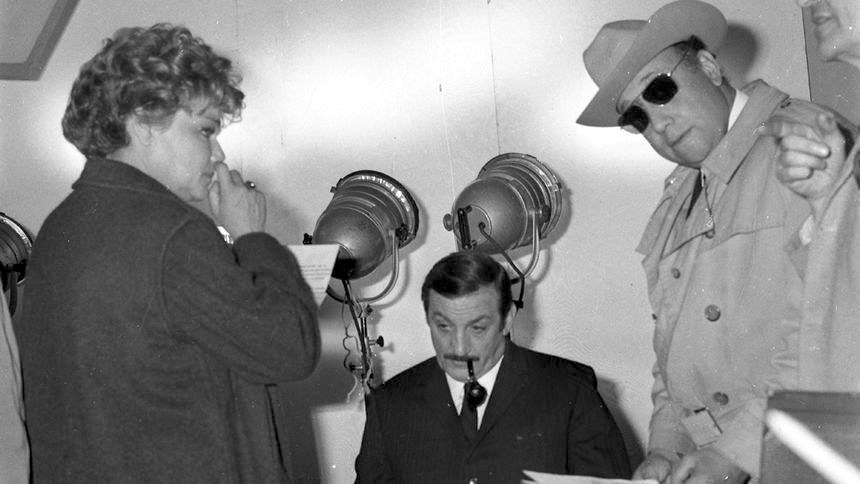 "Jean-Pierre Melville on Twitter: ""#LArmeeDesOmbres. Simone Signoret, Lino  Ventura et Jean-Pierre Melville pendant le tournage… """