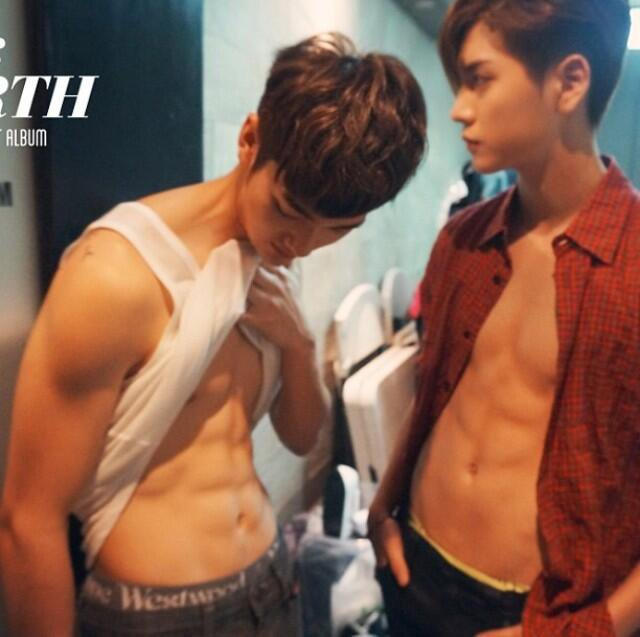 @NUESTNEWS [140708] for those you saying my abs disappeared, here they are haha #nuest #뉴이스트 #aron #아론 #ren #렌 #iwinren https://t.co/vGPsPf0OgN