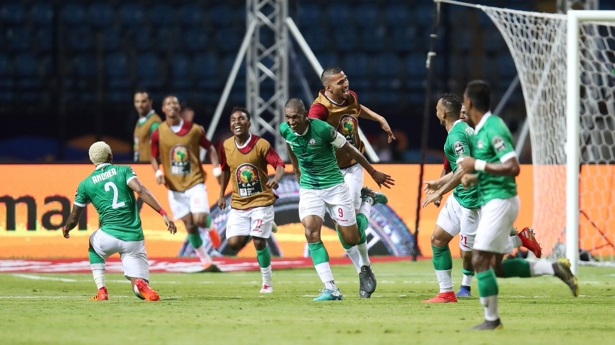 A big round of applause to the history creators   In a nerve-wrecking win #ALEFABAREA qualifies to the quarter-finals for the first time ever..How about that?!  Full album   https://www. facebook.com/AfricaCupOfNat ionsOfficial/  …   #MADCOD #TotalAFCON2019<br>http://pic.twitter.com/8LCSfneqHn