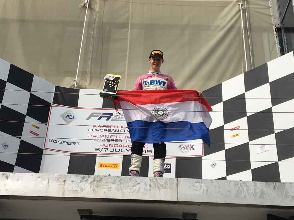 De esta manera, el piloto paraguayo cerró su participacion con dos podios, ambos en la categoría Rookie en el Circuito de Hungaroring, Budapest, Hungría. Con estos resultados, Duerksen sigue extendiendo su ventaja en lo más alto de la clasificación Rookie. #VamosParaguay