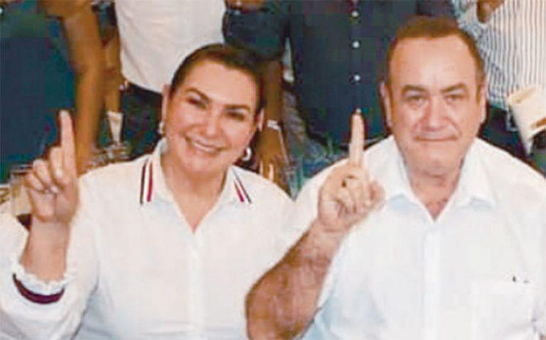 Carolina Orellana, alias la Gatillera, quien se perfilaba como Primera Dama de la Nación, en caso fuera electo el hoy extraditado Mario Estrada, también acaba de jurar amor eterno al partido Vamos de Giammattei. bit.ly/2LDWquU