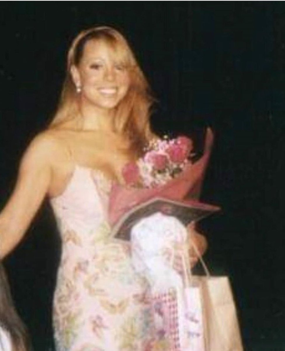 okay let's get this party started! i brought party favors #1MillionMariahLikesParty <br>http://pic.twitter.com/GzEaai2Wdh