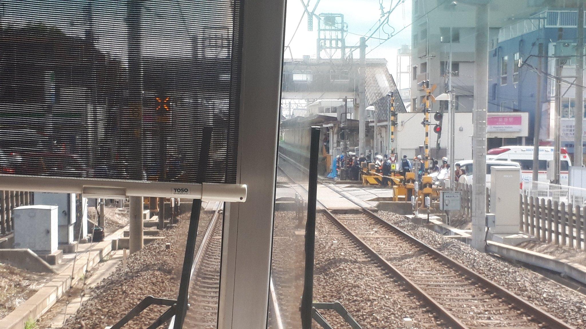 前原駅の人身事故で救護活動している現場の画像