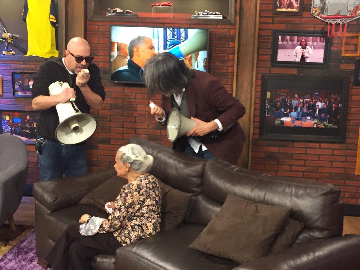 Tres megáfonos, tres ancianos y un presidente tierno.   #ParaAhí esta noche en #LaTeleLetal