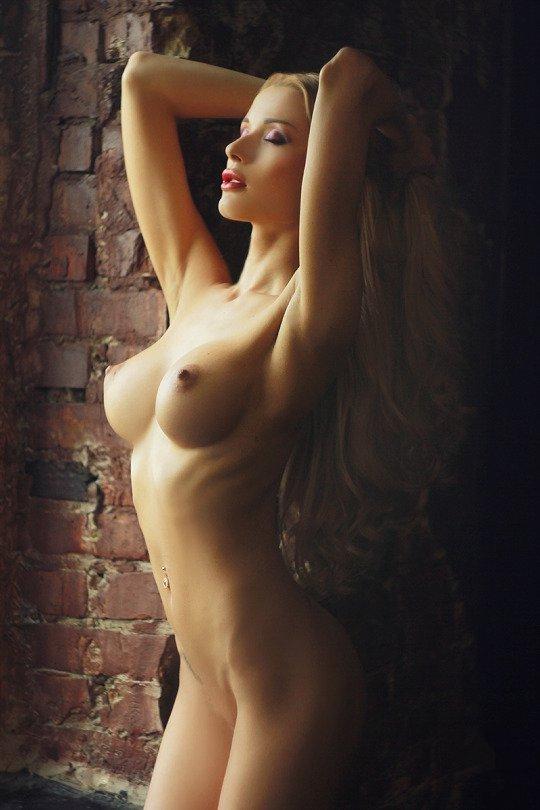Голая девушка с поднятыми руками пожилой секретарши под