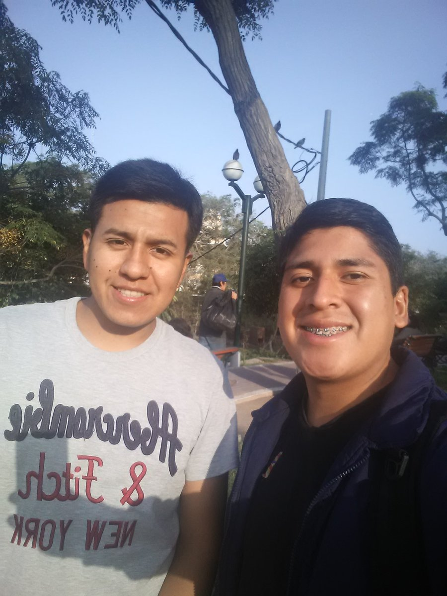 Oportuna tarde despejada para estudiar lo que Biblia indica sobre la oración. Aqui en la alameda de Barranco con Luis Chire.