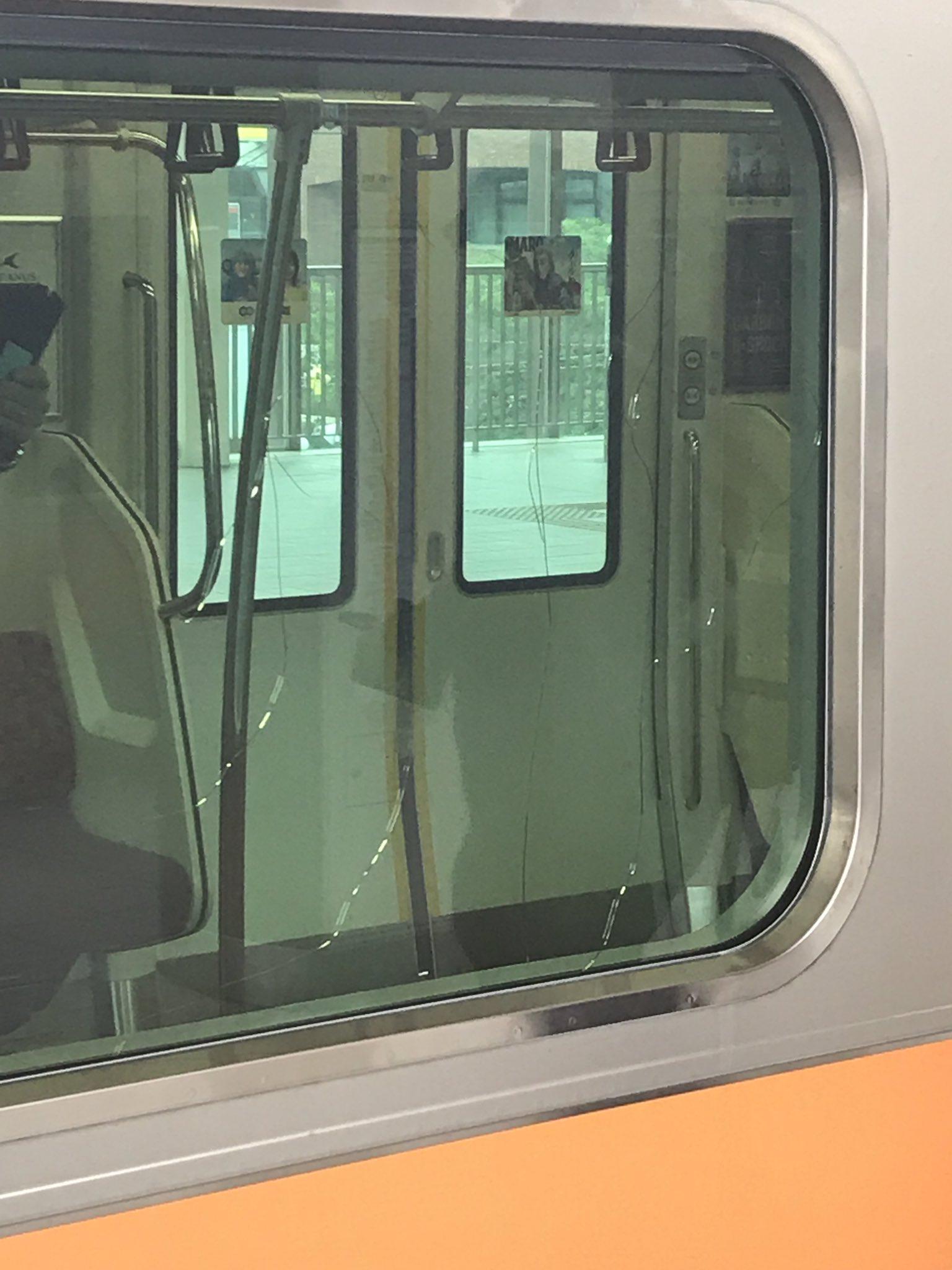 画像,国立にて電車の窓ガラスにヒビ https://t.co/0ox2u1omTe。