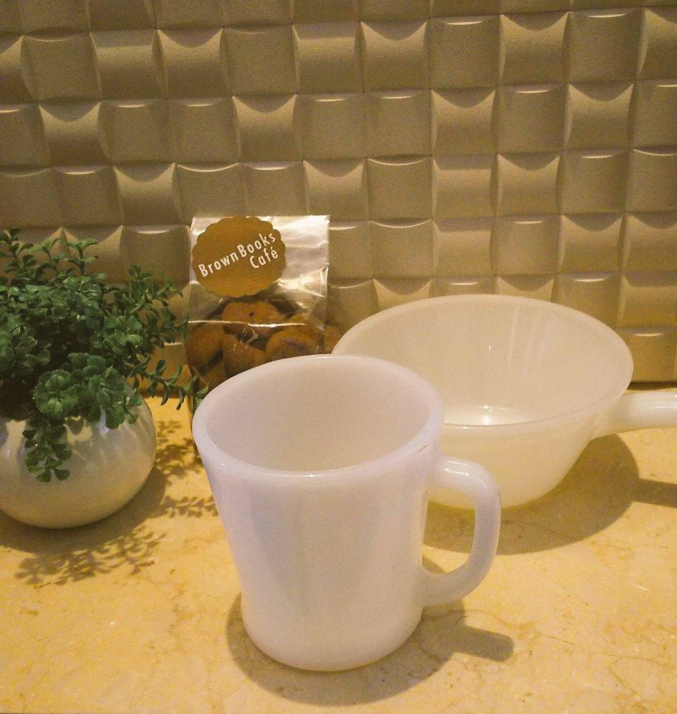 アンティーク好きの方!4プラのBrownBooksCafeで閉店セールしてますよ🍀  私は大好きなFire-Kingの食器をお迎えしました✨翡翠はあるので白をセレクト。美味しいコーヒー味のクッキーはおすすめとのことで御蒼さんが買ってくれました💓ありがとうございます🙇