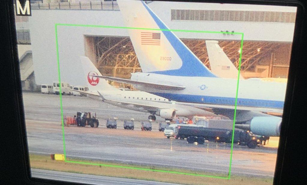 画像,カラーコーンで大統領専用機を囲む空軍兵 #伊丹空港 #エアフォースワン https://t.co/eF1hWshIVb…