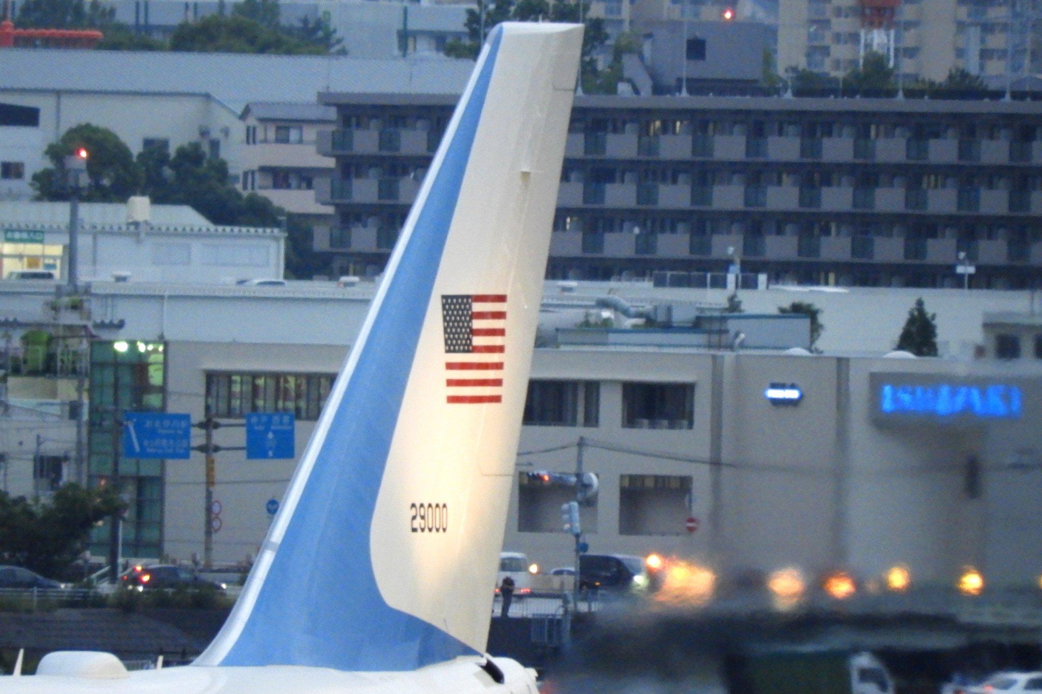 画像,あぁ。最初から大阪モノレールの大阪空港駅端で撮ってたらよかった。( ´△`)トランプ大統領 エアフォースワン伊丹空港 尾翼。 https://t.co/blZ7…