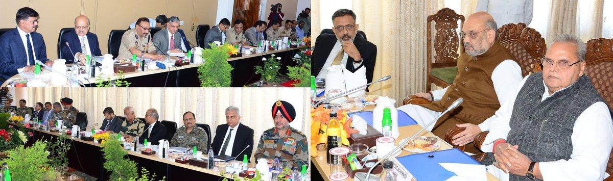 केंद्रीय गृह मंत्री @AmitShah और जम्मू-कश्मीर के राज्यपाल सत्यपाल मलिक ने जम्मू-कश्मीर के श्रीनगर में राज्य में सुरक्षा एवं कानून-व्यवस्था की स्थिति पर समीक्षा बैठक की अध्यक्षता की