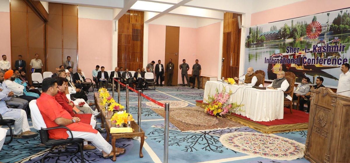 केंद्रीय गृहमंत्री @AmitShah ने श्रीनगर में सरपंचो के प्रतिनिधिमंडल से मुलाकात