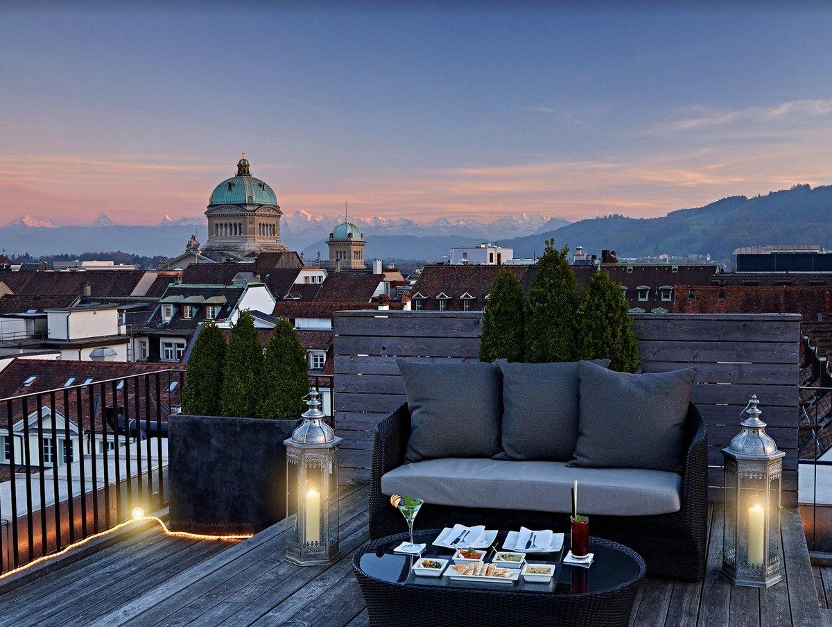 هل تبحث عن صالة شيشة في بيرن؟ بوسعك إيجادها على الشرفة المذهلة التي تنفتح على امتداد 360 درجة في فندق شفايزرهوف بيرن السوبيريور ذو الـ 5 نجوم. #ilovebern #schweizerhofbern https://bit.ly/2nH0j6o
