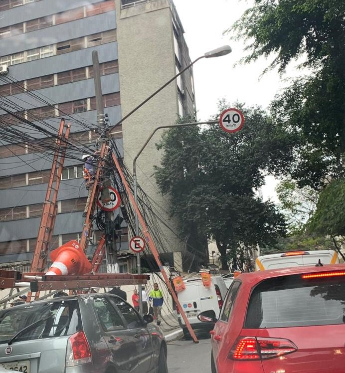 Um transformador pegou fogo na Alameda #Santos após a Alameda #CasaBranca. A faixa da esquerda segue bloqueada e equipes trabalham no reparo. De acordo com o Corpo de Bombeiros, ninguém ficou ferido. O trânsito está muito lento pela região. Foto de ouvinte. #seumelhorcaminho