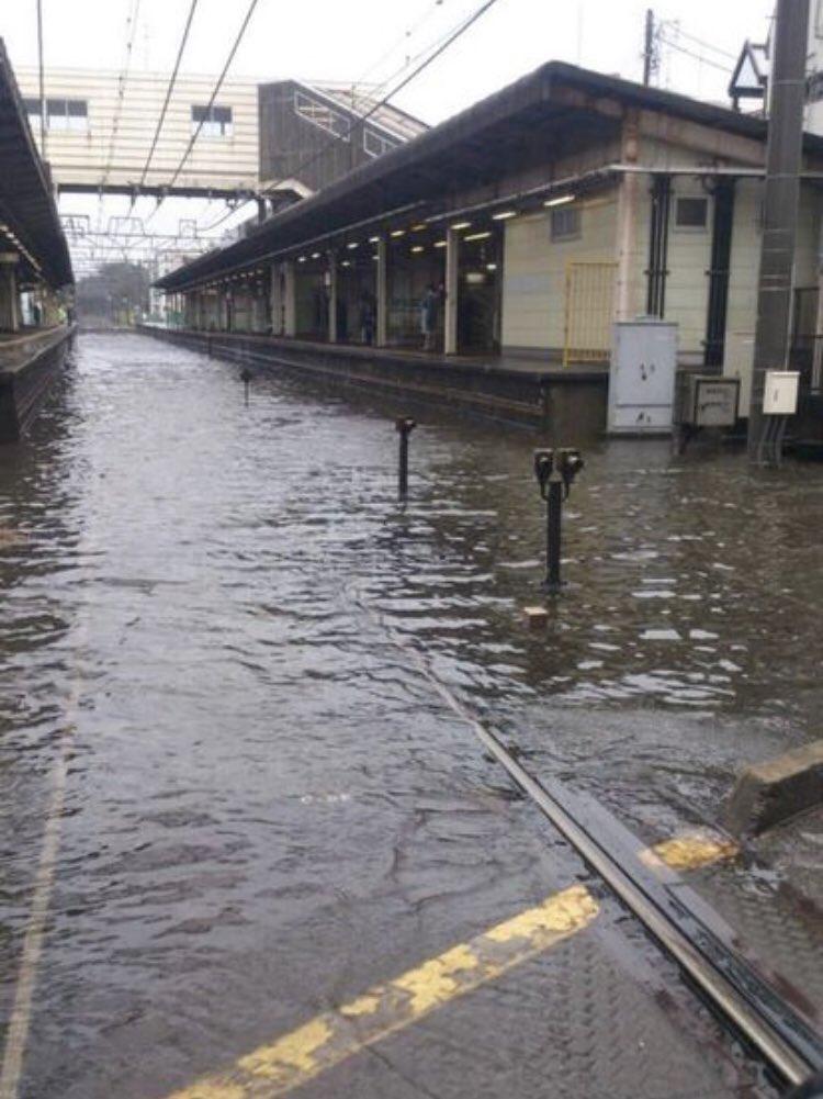 台風での休校を期待している皆さんですが、ここで、台風によって浸水した我らが最寄り習志野駅と、その浸水の中へと果敢に突撃する世界最強の新京成線を見てみましょう