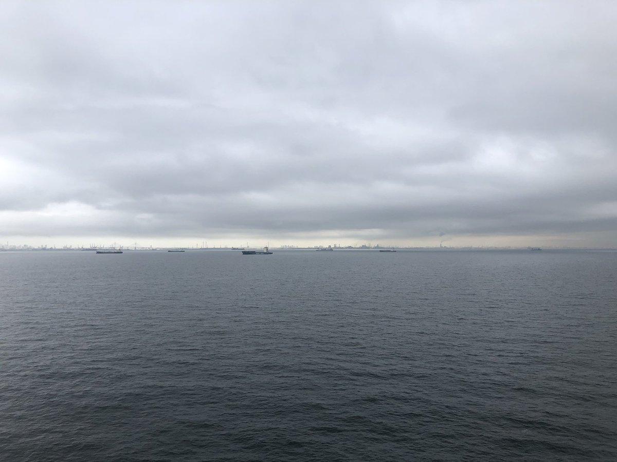 台風が心配な東京湾入りでしたが、平和な東京湾に入ってきました!  雨も止んでて、荷役も休みだから嬉しい♪  #typhoon #calmsea #tokyobay #officer #sailor #seamenslife #roroship #rorovessel #carcarriervessel #lifeonship #台風 #穏やかな東京湾