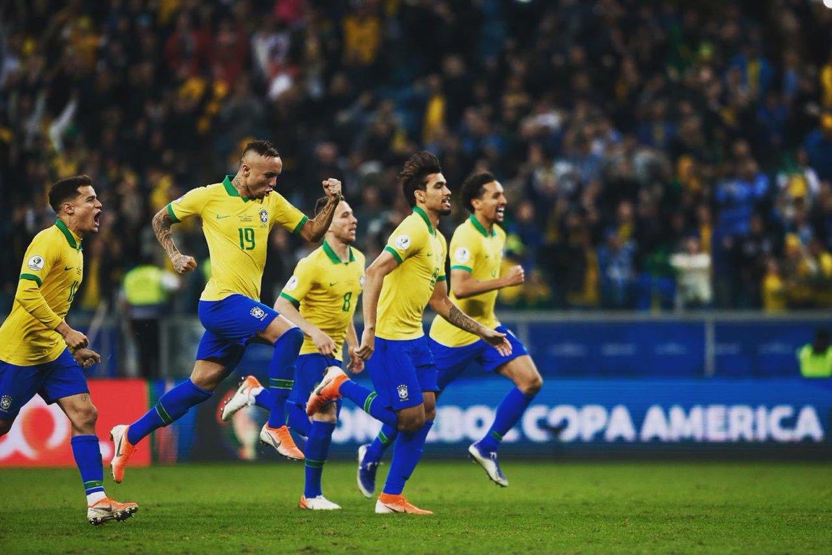 Selebrasi pemain timnas Brasil setelah menang adu penalti melawan Paraguay.