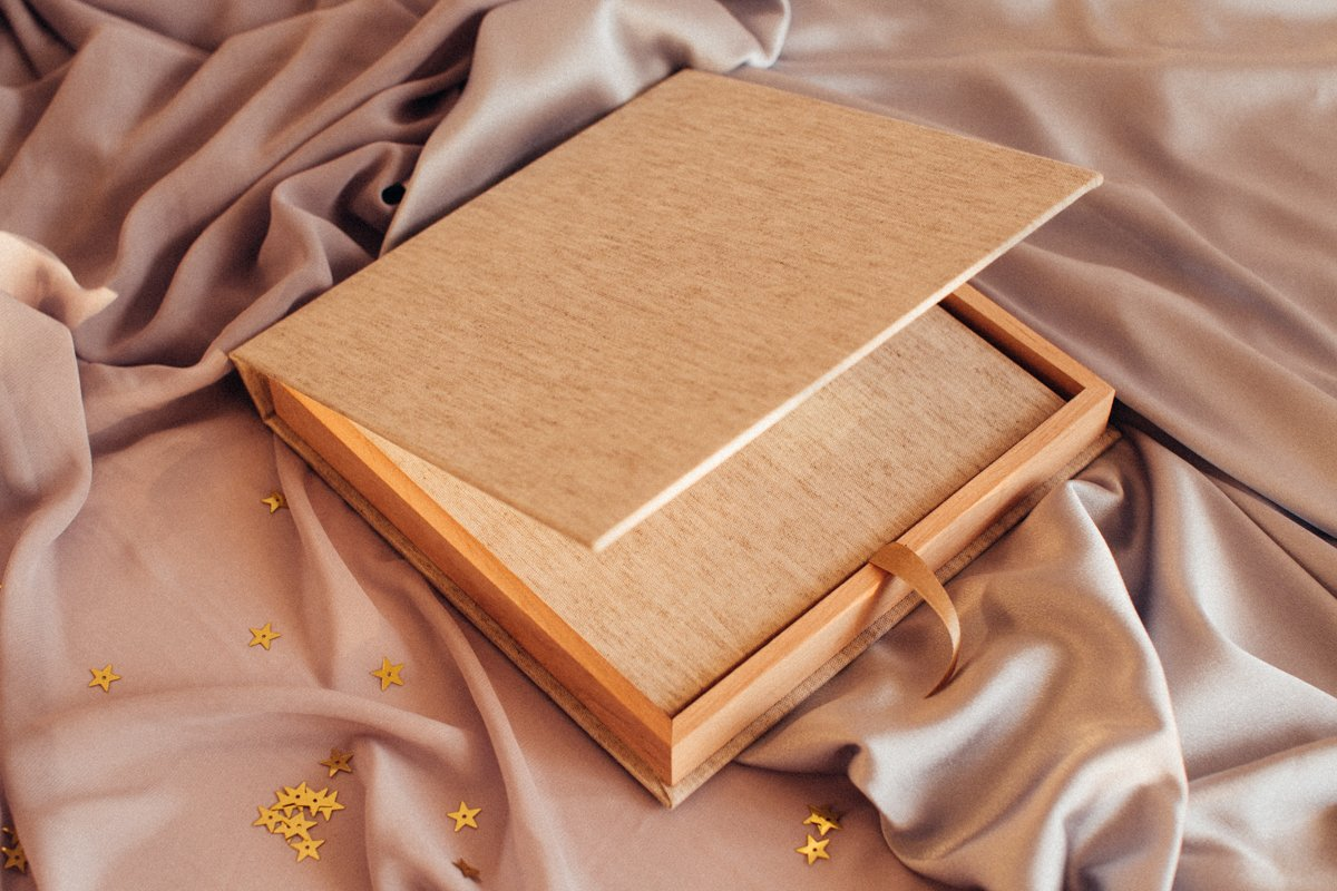 🌺BLOOMBOOK🌺 This eco-oriented book covered in RAW Linen comes with beautiful matching linen & reclaimed wood presentation box. By using remnants of linen from main production and wood chips from a local timber mill,  we have created a beautiful and affordable product. #qtalbums