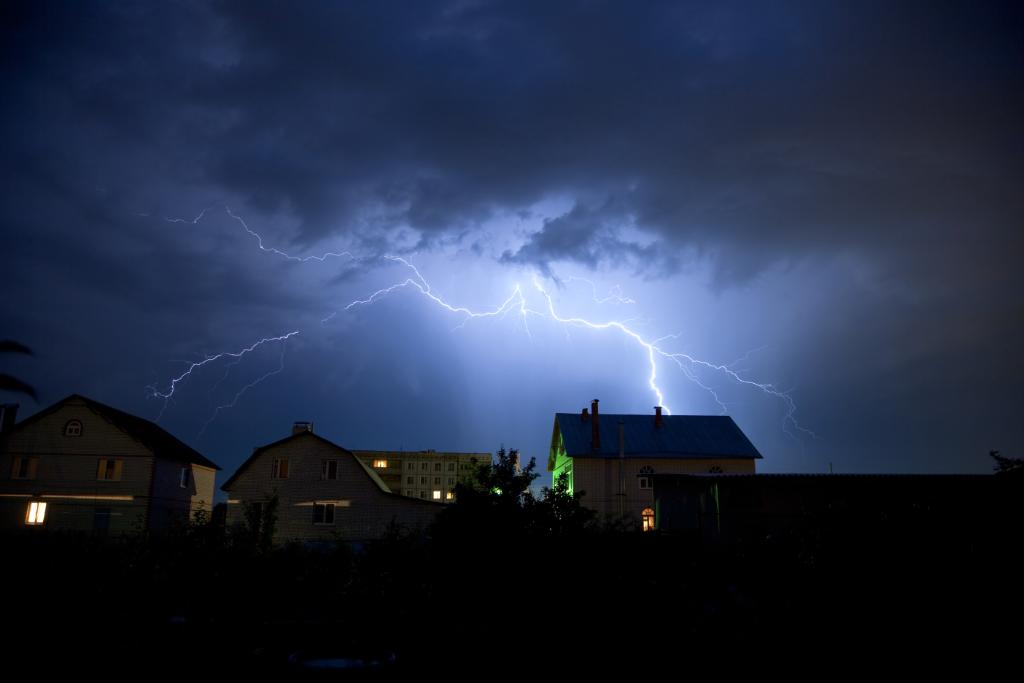 #DYK: About one-third of lightning-strike injuries occur indoors. Reduce your risk with these tips:  http:// bit.ly/2Jp009J     #LightningSafetyWeek #NationalSafetyMonth #FactFriday<br>http://pic.twitter.com/nVlJB6ZX4L