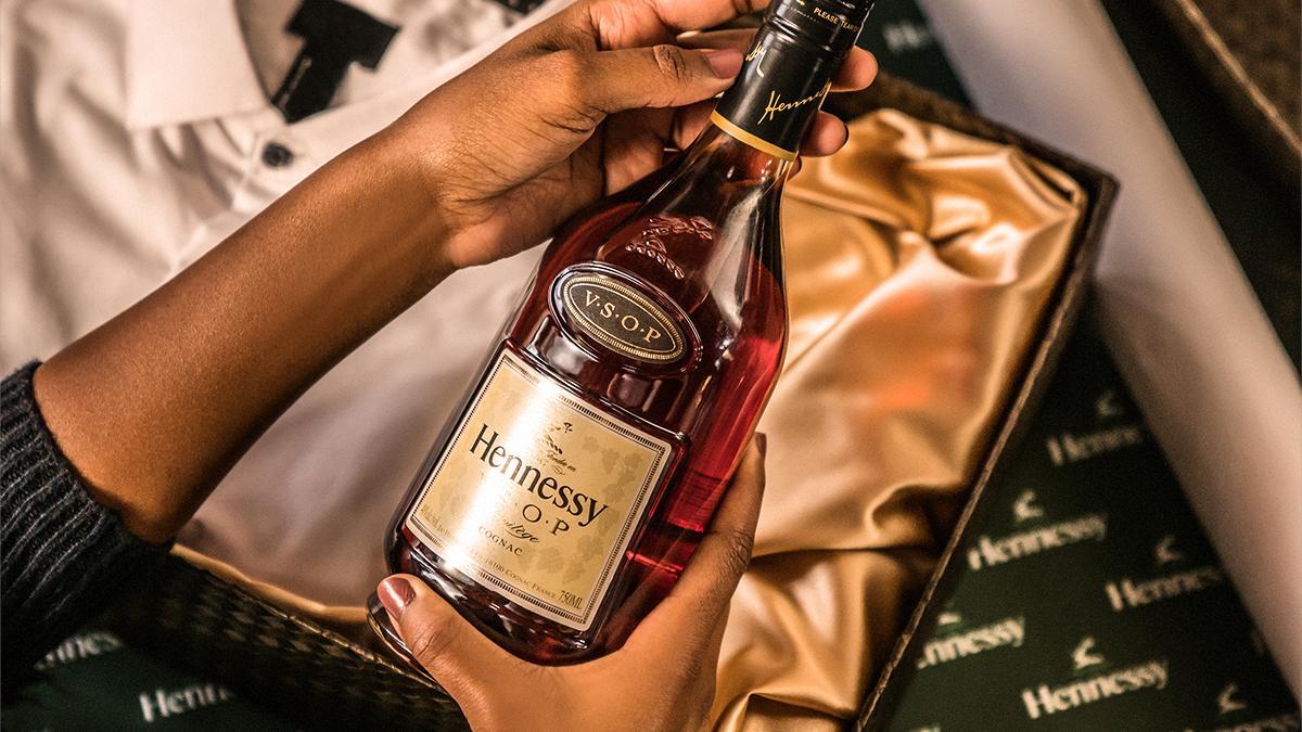 Картинка бутылка коньяка в руке