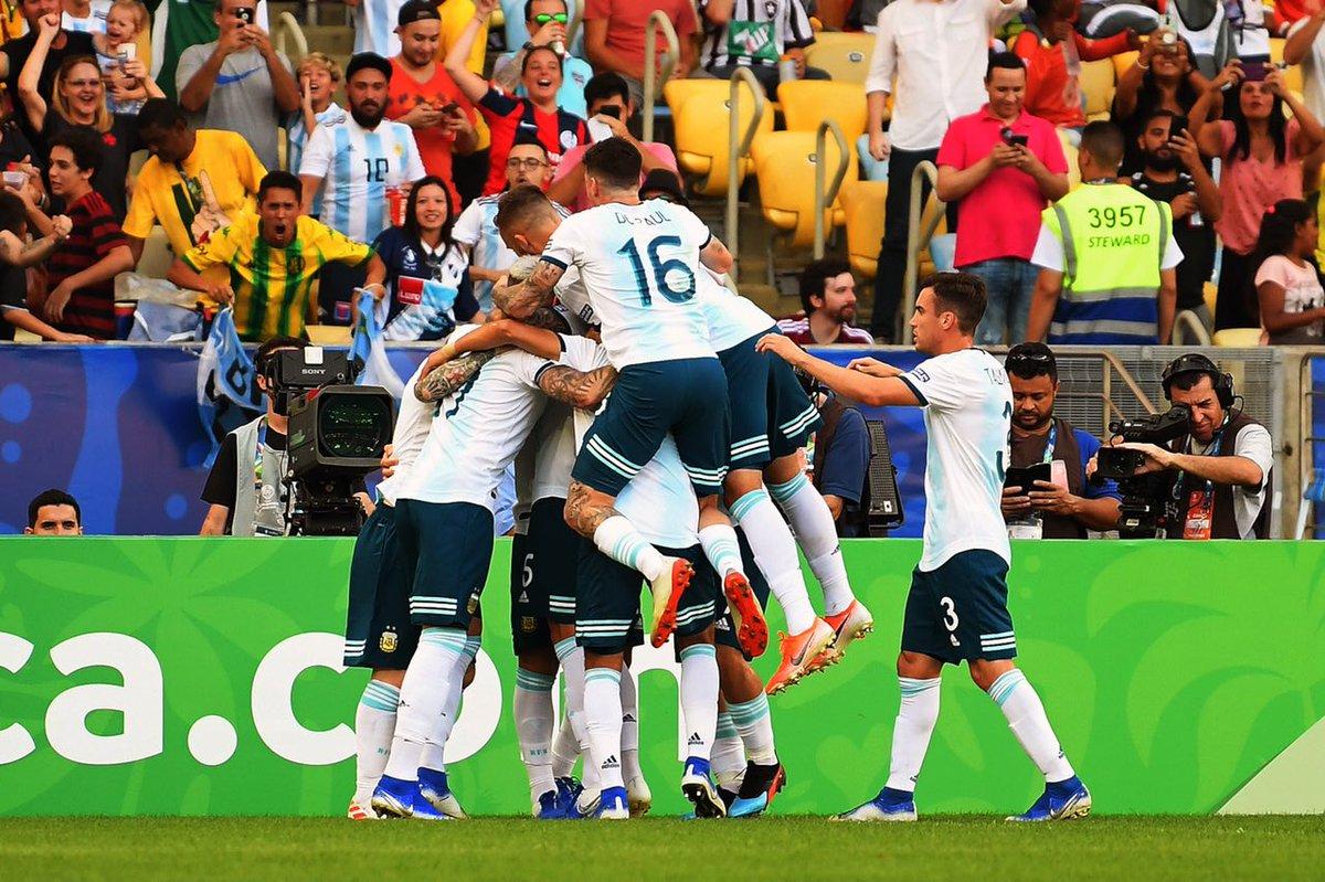 Selebrasi pemain Argentina seusai membobol gawang Venezuela di babak perempat final Copa America 2019.