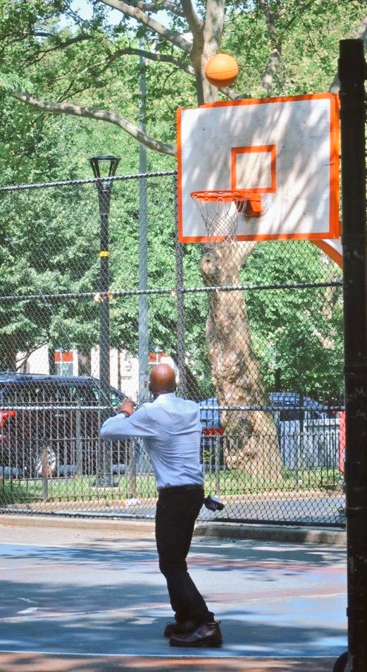 Twan 4 3ee! In the Boogie Down 2day 4 work n kids let the 4th SplashBrother hoop. @boogiecousins is 3rd, I'm subbing 4 KD. @monkfishfilms snapped this ❤ Btw, BKN & NYK I'm local, so we can discuss this TV thing🤔🤗🏀🏆 #foxwillletmeoutofmycontractfortheNBA #atleastiTHINKtheywill https://t.co/BS3TLqr8SP