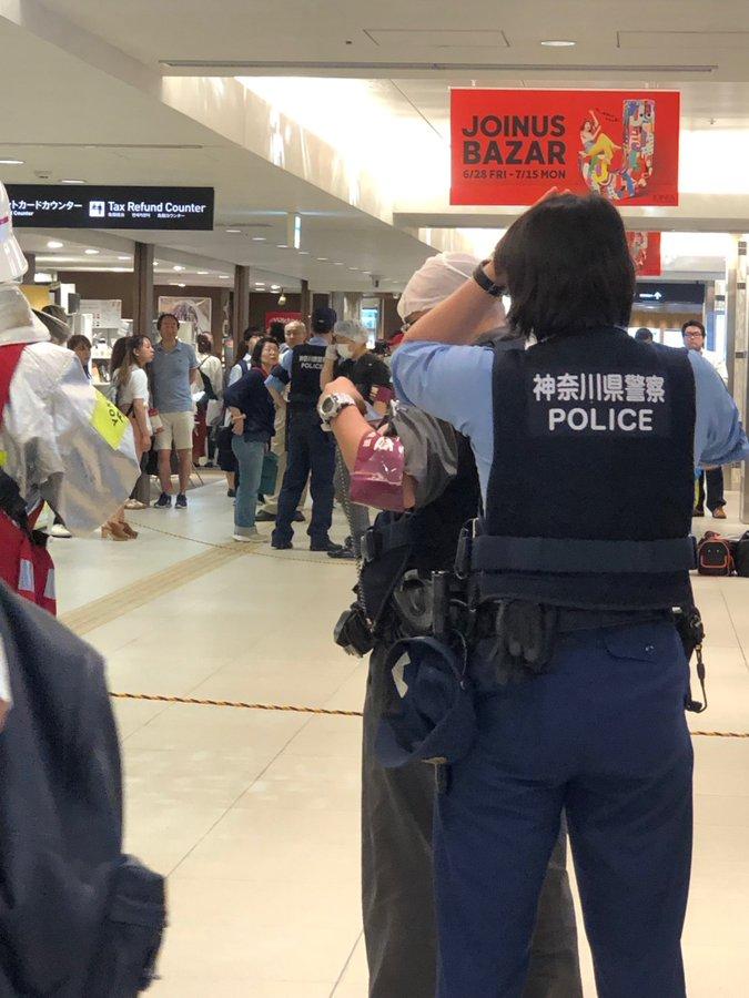横浜駅の相鉄ジョイナス地下街の異臭騒ぎで安全確認を行っている画像