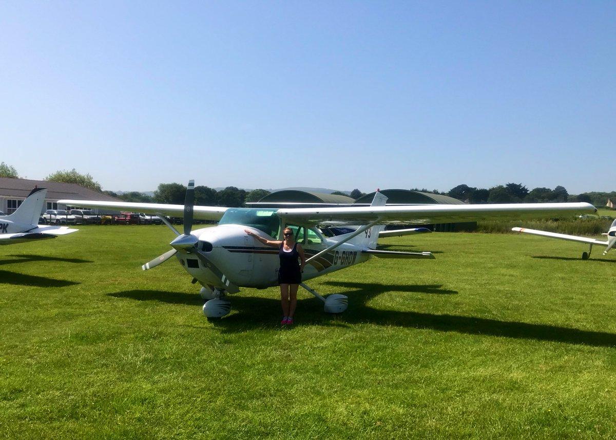 Made it to sunny Sandown EGHN Isle of Wight in G-GHOW #Cessna182 🏴 🏖💙✈️  with @Cptwilko #avgeek #FriendsWhoFly #GirlsWhoFly