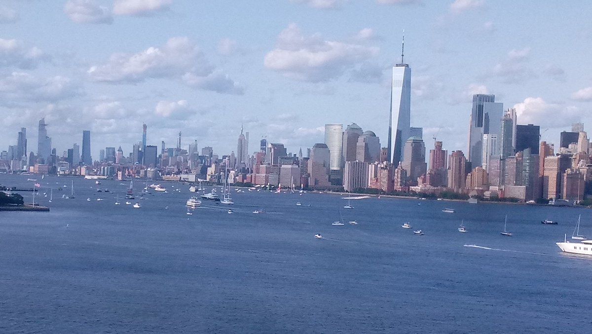 Great weather on weekends equals lots of boats in the #NYHarbor!  Always wear your life jackets when boating or participating in other water activities. #NationalSafetyMonth #FindYourPark<br>http://pic.twitter.com/r5l3XN5l2a