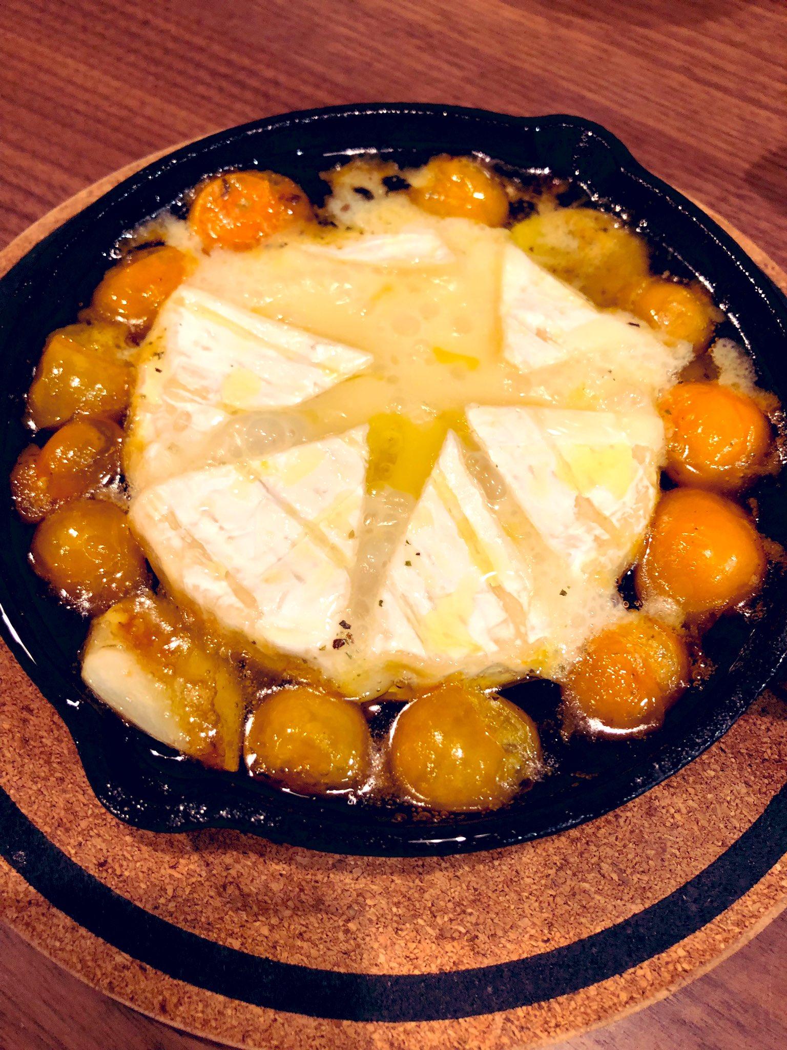 こないだ飲み屋で食べたカマンベールアヒージョが最高だったので作った。六つ切りにしたカマンベールとミニトマトとニンニクひとかけを塩を振ったオリーブオイルに浸してごく弱火で煮る。とろけたチーズをバケットですくって食べれば悪魔的なうまさですよ…