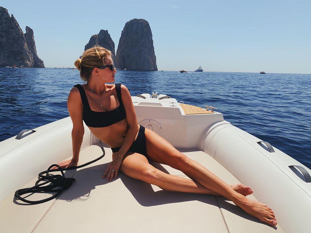 Рози Хантингтон-Уайтли на острове Капри - Мисс Бикини