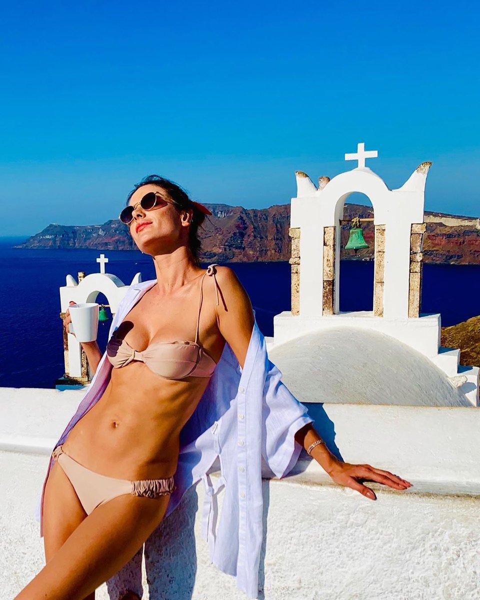 Алессандра Амбросио на острове Санторини - Мисс Бикини