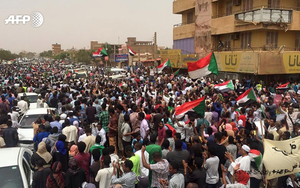#UPDATE Tens of thousands of protesters rallied across #Sudan on Sunday against the ruling generals as organisers called for a march on the presidential palace in #Khartoum, in the biggest mass demonstration since a deadly crackdown.  http:// u.afp.com/JsQ7     #SudanProtests <br>http://pic.twitter.com/Cn07wiLLJk