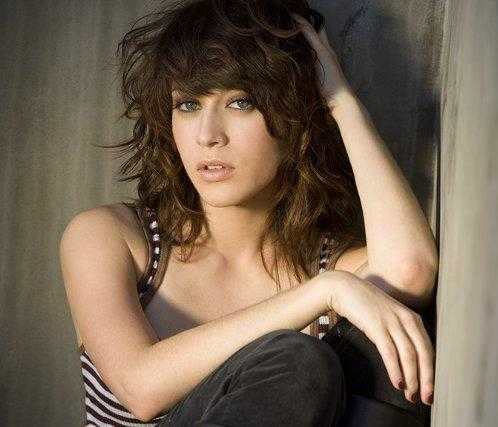 Happy 37th birthday to Lizzy Caplan, star of CASTLE ROCK, TRUE BLOOD, CLOVERFIELD, SMALLVILLE, and more!