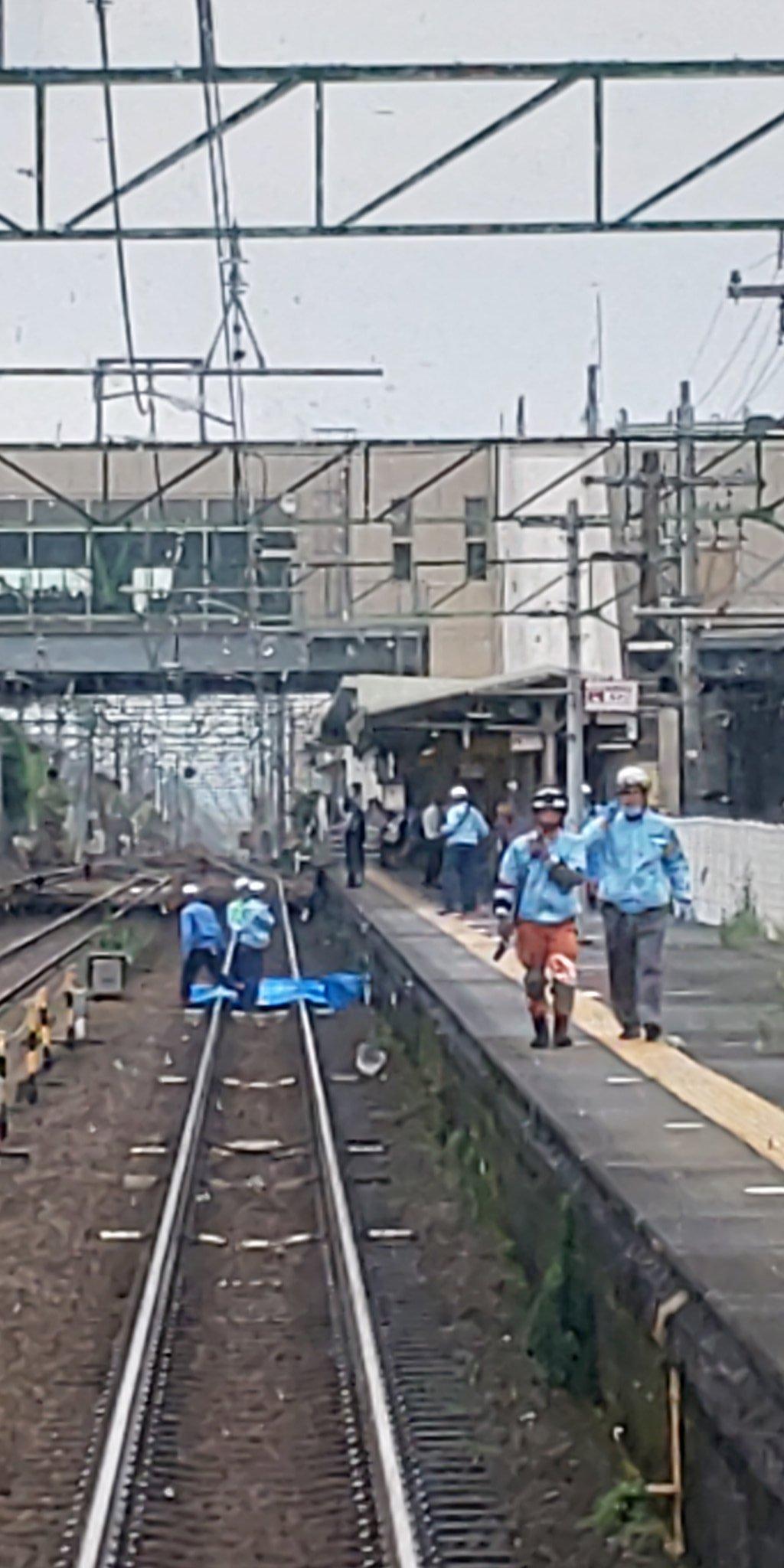 草薙駅の人身事故でブルーシートで遺体を隠している現場画像
