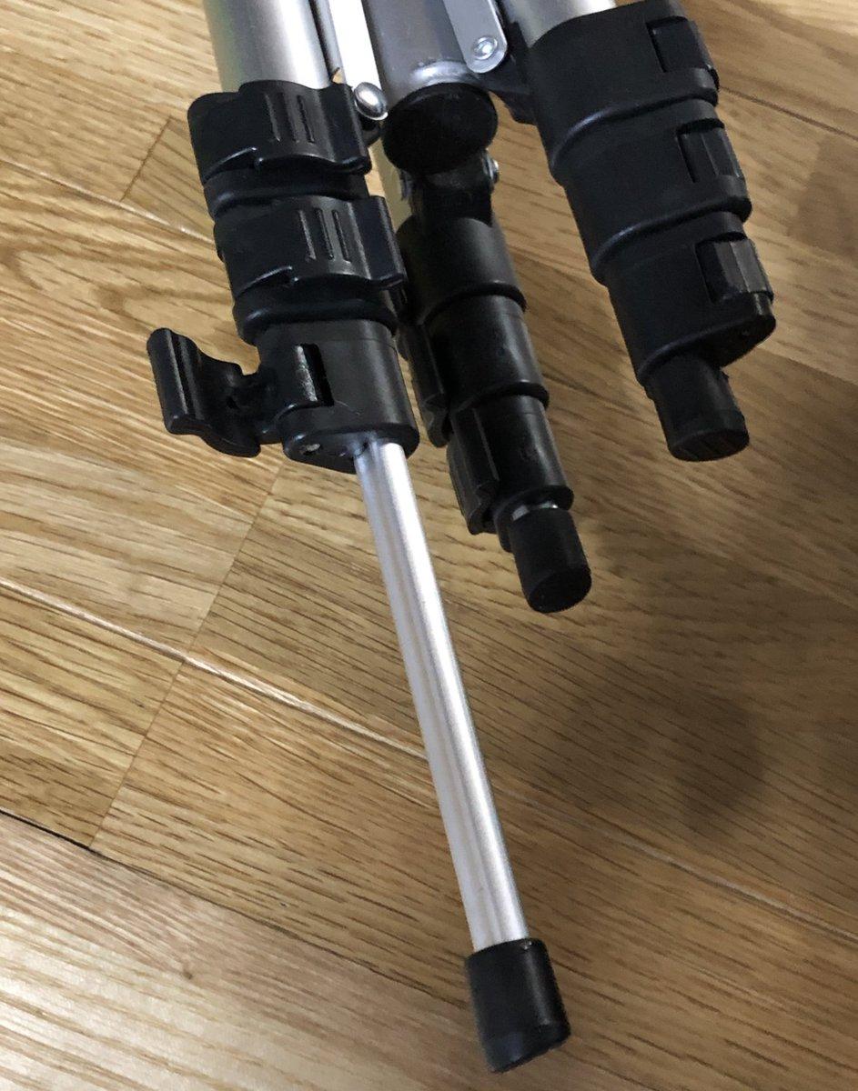 test ツイッターメディア - 100均で売ってた500円の三脚すごい!  ・高さ37cm〜1mくらい ・水準器付き ・高さ調整の脚ロックレバーも簡単 ・角度調整ハンドルあり ・軽いので持ち運びに便利 ・スマホホルダー付き(デジカメもつけれる)  初心者でも簡単に組み立てられて めちゃくちゃ使いやすくて良い✨ #ダイソー https://t.co/yPNeOYDdim