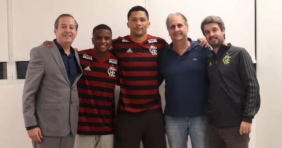 Joias de R$ 200 milhões: com multa milionária, Flamengo renova com Vitor Gabriel e Bill https://t.co/nFZaUWL35a https://t.co/krVmvLQ0hl
