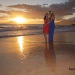 Image for the Tweet beginning: Gorgeous women, Beautiful sunset, Maui